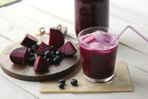 blåbær- og rødbetesmoothie