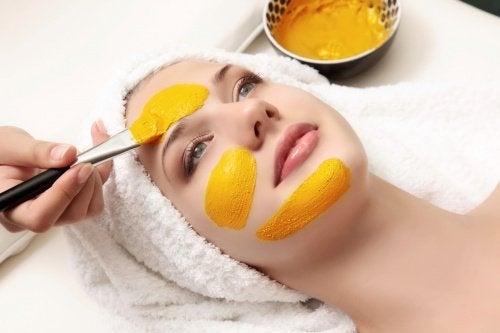 Kvinne får ansiktsmaske