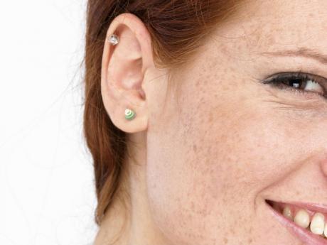 Kvinne med øredobber