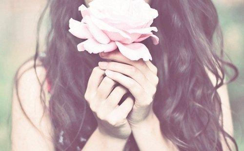 kvinne med rosa rose