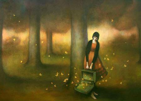 kvinne med koffert full av sommerfugler