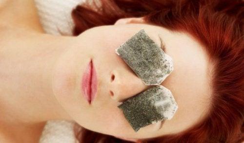 Kvinne med teposer på øynene