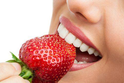 Kvinne spiser jordbær
