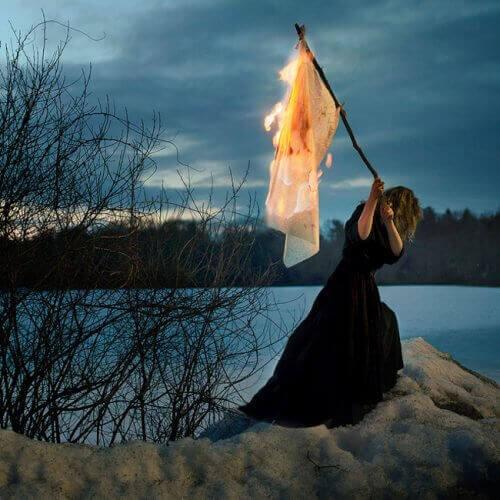 Kvinne brenner minner