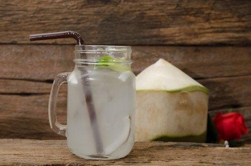 naturlige drikker som hjelper deg med å bekjempe søvnproblemer - kokosvann