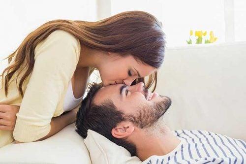 Kvinne kysser mann på pannen