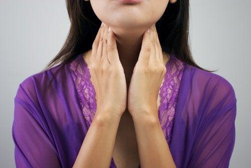 Kvinne med problemer med skjoldkjertelen