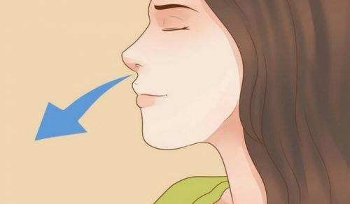 Kvinne bruker pusteteknikk for å si farvel til søvnløshet