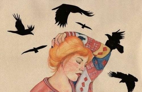 Ravner flyr rundt kvinne