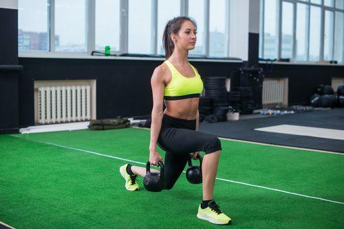 Kvinne trener for større setemuskler raskt