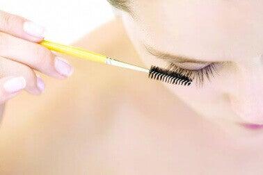 Kvinne børster sine attraktive øyevipper