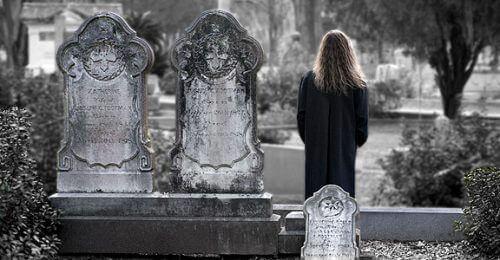Kvinne på gravplass