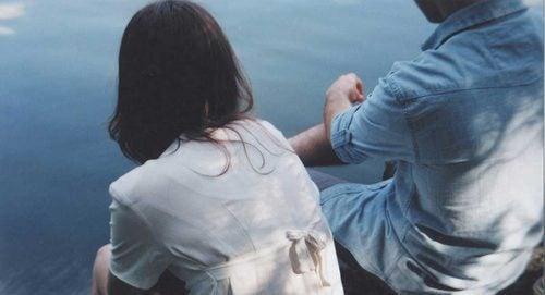 Par sitter ved vannet