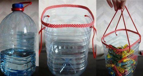 Kurv av resirkulerte plastflasker