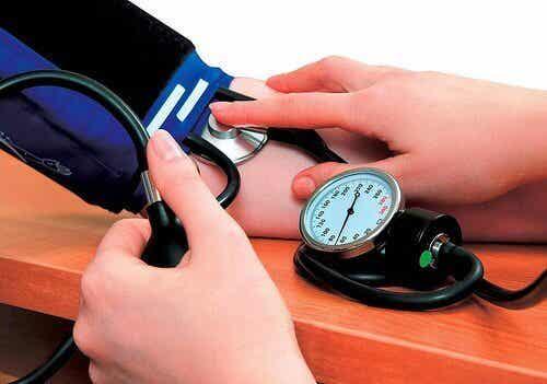 7 naturlige remedier for å redusere høyt blodtrykk