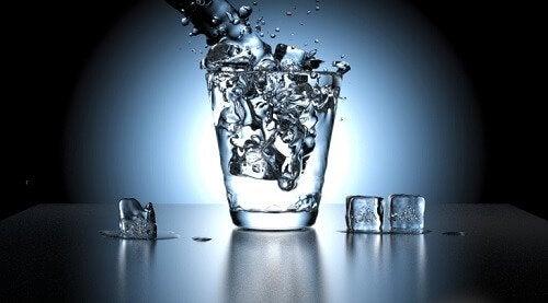 Glass med vann og isbiter