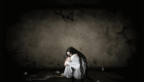 Kvinne i mørkt rom