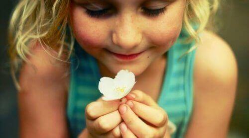 Liten jente med blomst