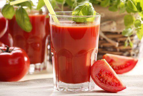 Juice med cantaloupe, jordbær og tomat