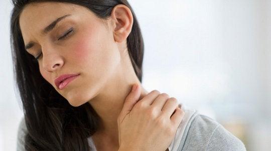 Kvinne med spenninger i kroppen, nakken
