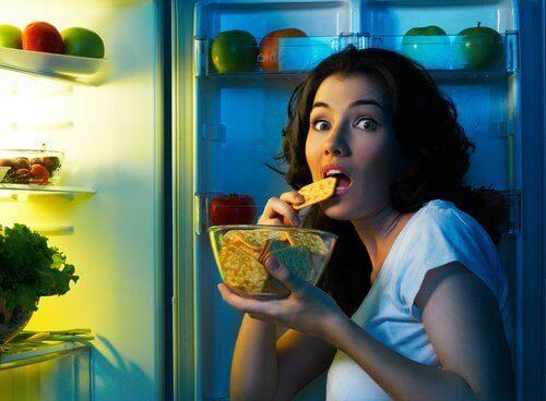 Kvinne ved kjøleskapet om natten