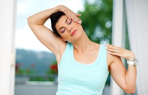 Kvinne utfører øvelse mot nakke- og ryggsmerter