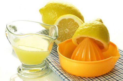 Sitronsaft mot plakk på tennene