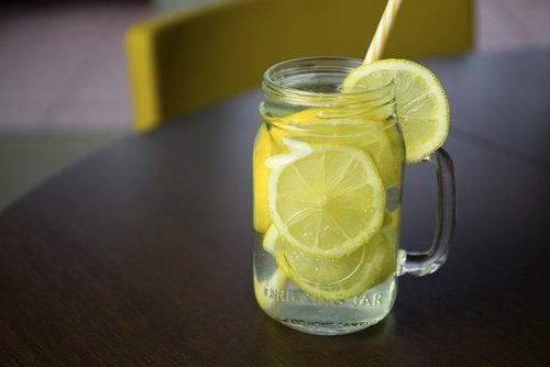 Prøv en av de fettforbrennende drikkene med sitron