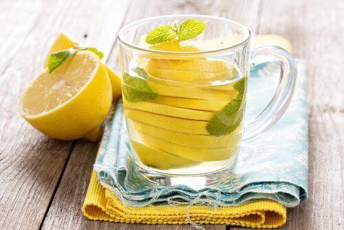 Sitronvann hjelper deg å gå ned i vekt