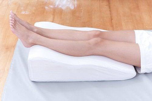 Sove med bena hevet