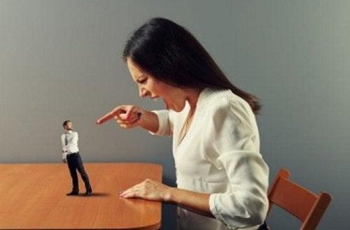 Verbalt misbruk, kvinne kjefter på liten mann