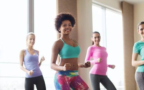 Kvinner opplever fordelene med zumba