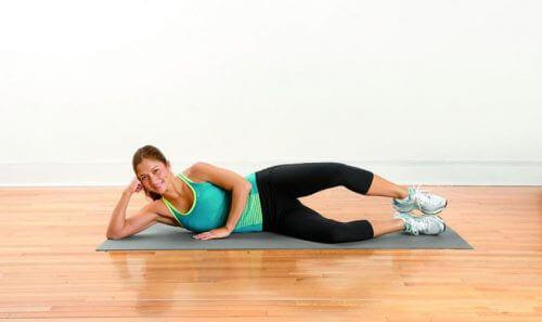 Kvinne utfører øvelser mot beinsmerter