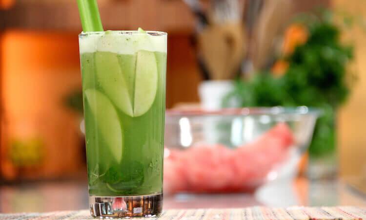 Smoothie med aloe vera, agurk og eple mot magesyre