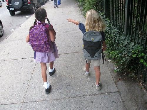 Barn går i gaten