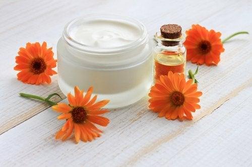 Fløyelsblomstblader for å behandle hard hud