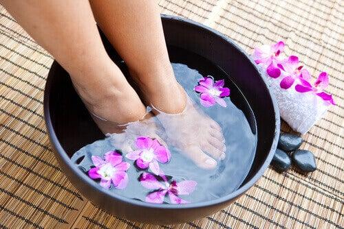 Fotbad for å behandle hard hud