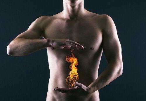 Mann med flamme foran magen