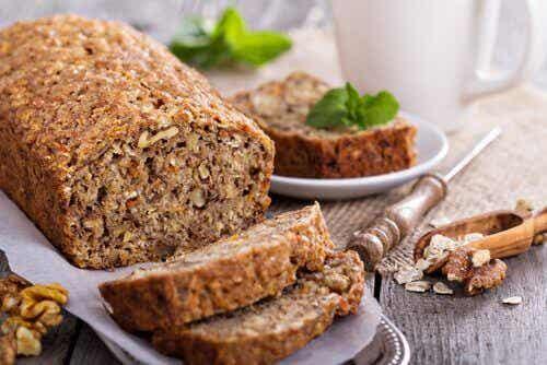 Deilig laktose- og glutenfritt brød laget av havre, valnøtter og bananer