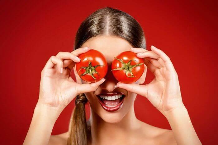 Kvinne med tomater foran øynene