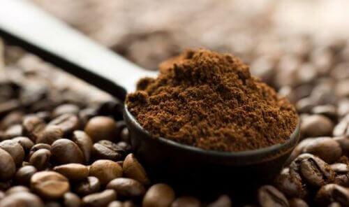 kaffegrut mot grått hår
