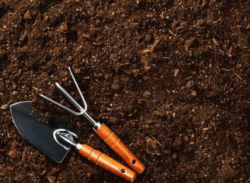 Jord og hageredskaper