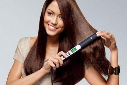Kvinne retter håret
