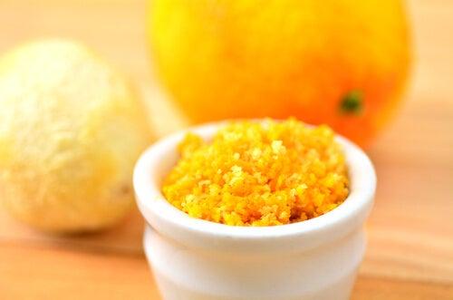 Appelsinskall for å lysne mørke flekker