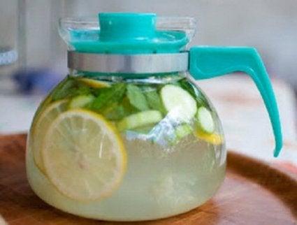 Drikk med agurk, ingefær og sitron