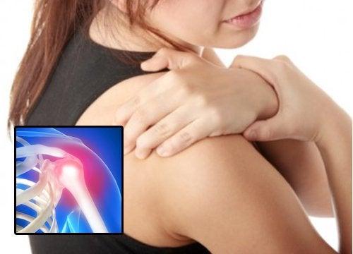 Kvinne med senebetennelse i skulderen