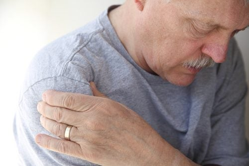 Mann med senebetennelse i skulderen