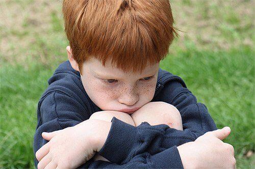 Trist liten gutt