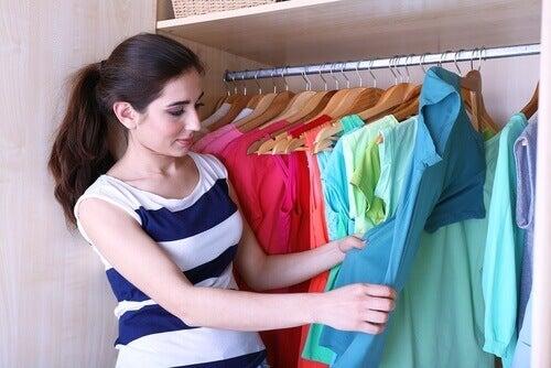 5 triks for å brette klær og få mer plass i garderoben din
