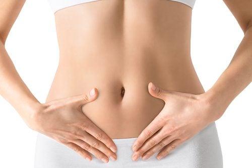 Kvinne med flat mage